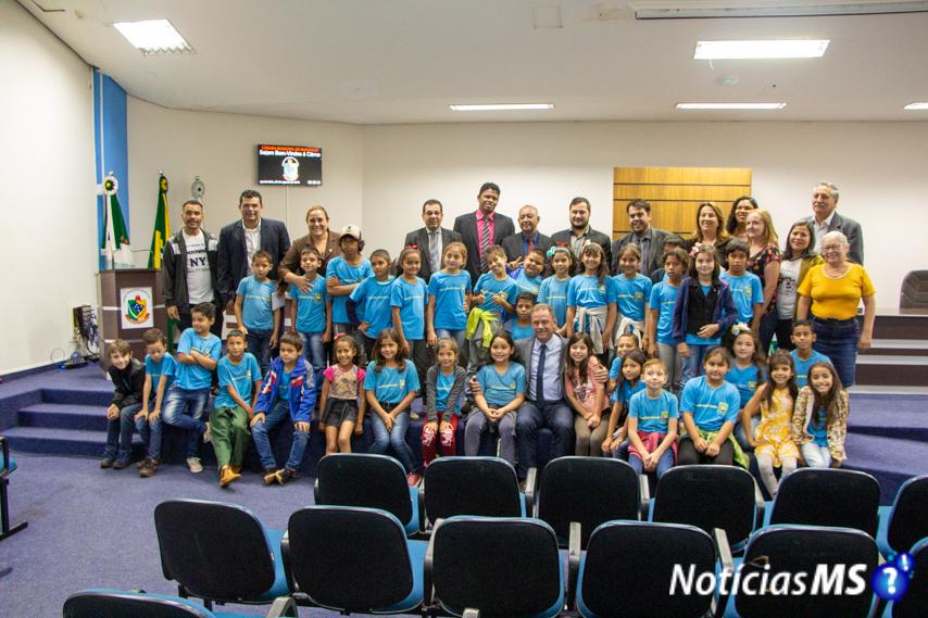 Alunos do Colégio Nota 10 e da Ecola Ciro Aniz de Vista Alegre visitam Câmara Municipal de Maracaju