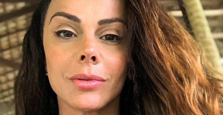 Em piscina transparente, Viviane Araújo exibe parte de baixo exuberante e para tudo