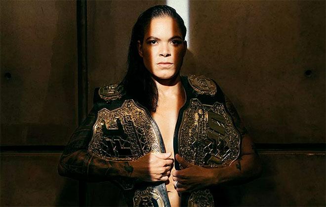 Lutadora de UFC Amanda Leoa posa nua maquiando o bumbum