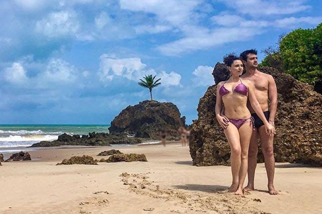 Ex-Chiquititas posa com bumbum de fora em praia de nudismo