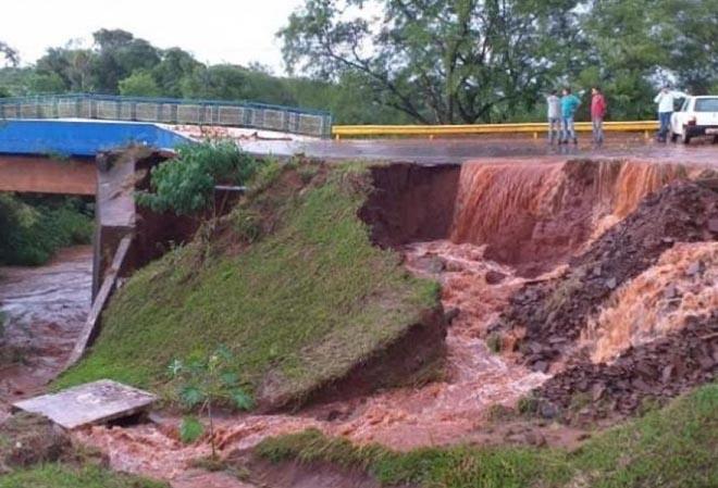 Amambaí: Chuva de 80 mm alaga ruas, invade residência e leva a interdição de ponte em MS
