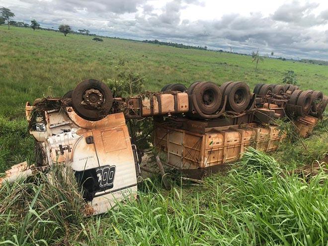 Atacado por abelha, condutor perde controle e tomba carreta próximo à ponte do Rio Ivinhema