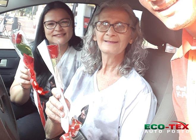 Auto Posto Eco-Tex homenageia mulheres com rosas em Maracaju