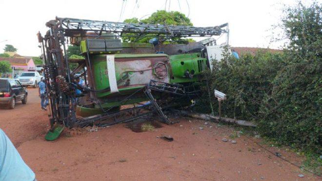 Uniport perde freio, bate em carros e derruba poste de energia entre Jateí e Glória de Dourados