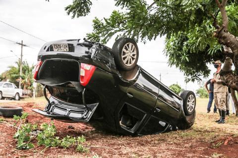 Motorista não consegue frear, bate em viatura da polícia e capota em Campo Grande