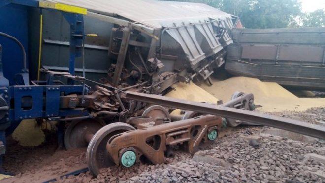 Trem com soja descarrila e nove vagões são destruídos em MS
