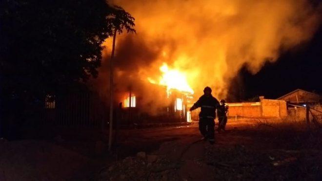 Incêndios criminosos que destruíram casas e carros em MS estão ligados a prisão de traficantes, diz polícia