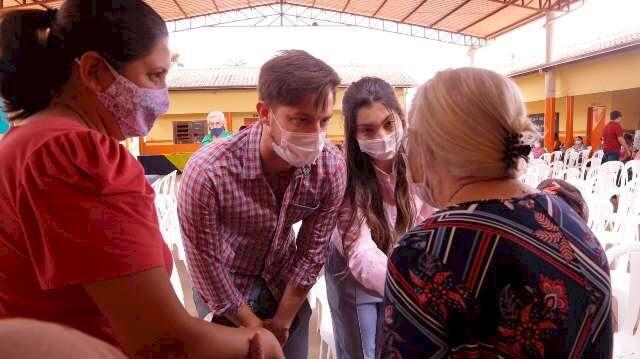 Moradores de assentamento recebem títulos de lotes após 20 anos de espera em Rio Brilhante