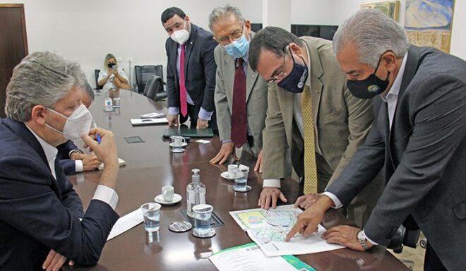 Reinaldo Azambuja discute avanços da rota bioceânica com embaixador do Paragua