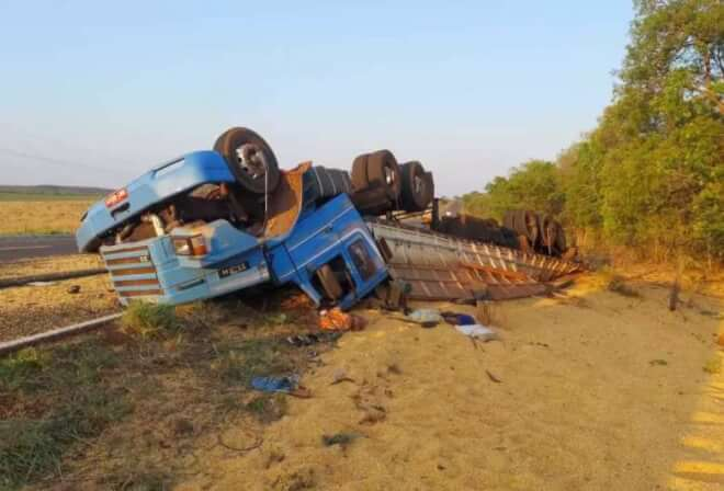 Carreta tomba após pneu estourar e mata motorista de 60 anos