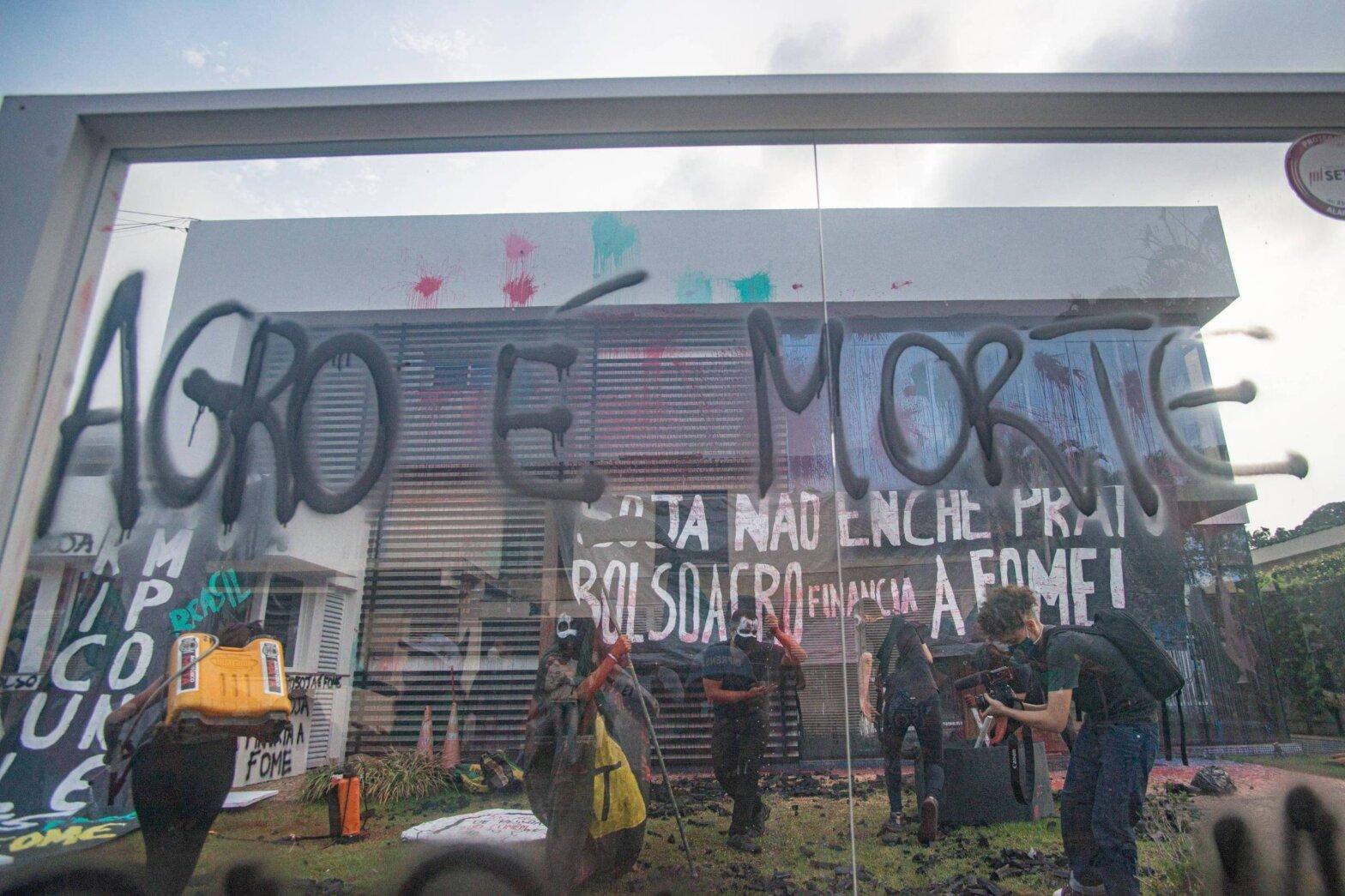 """Prédio da Aprosoja em Brasília é alvo de ato contra Bolsonaro: """"Agro é morte"""""""